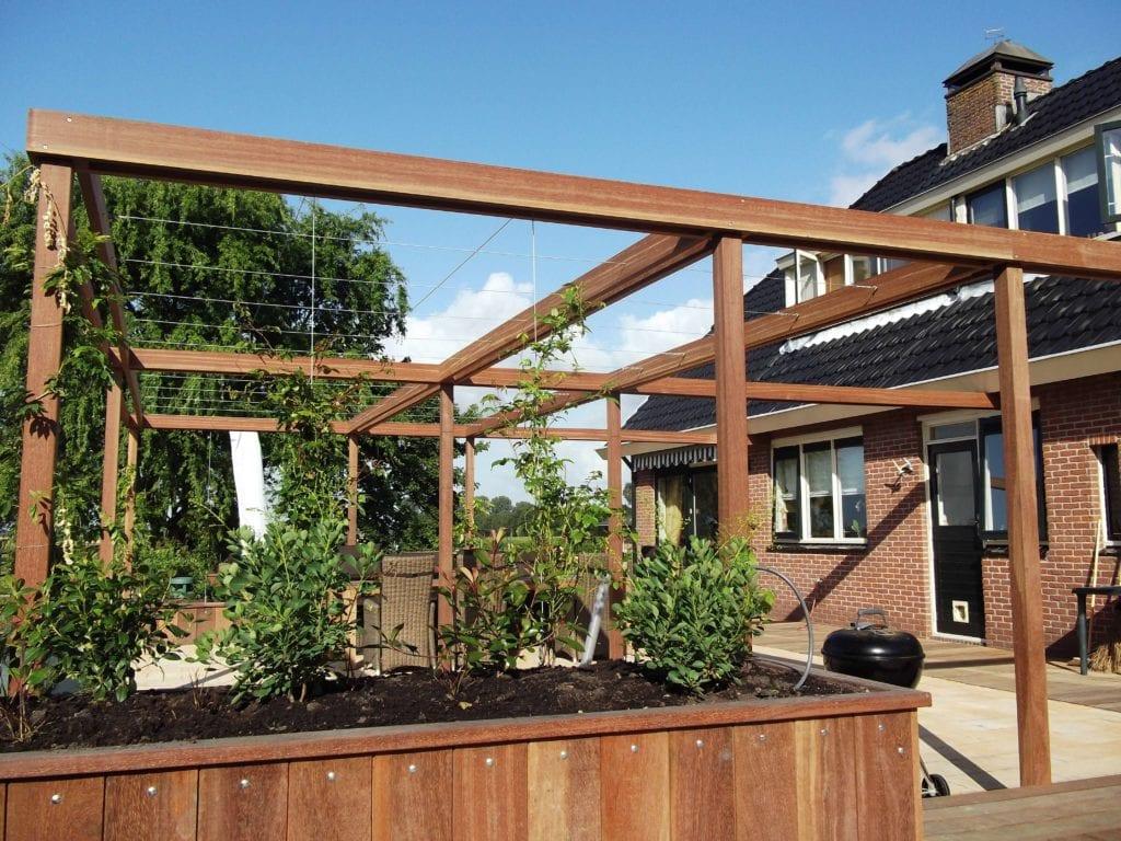 Pergola en verhoogde plantenbak van hardhout