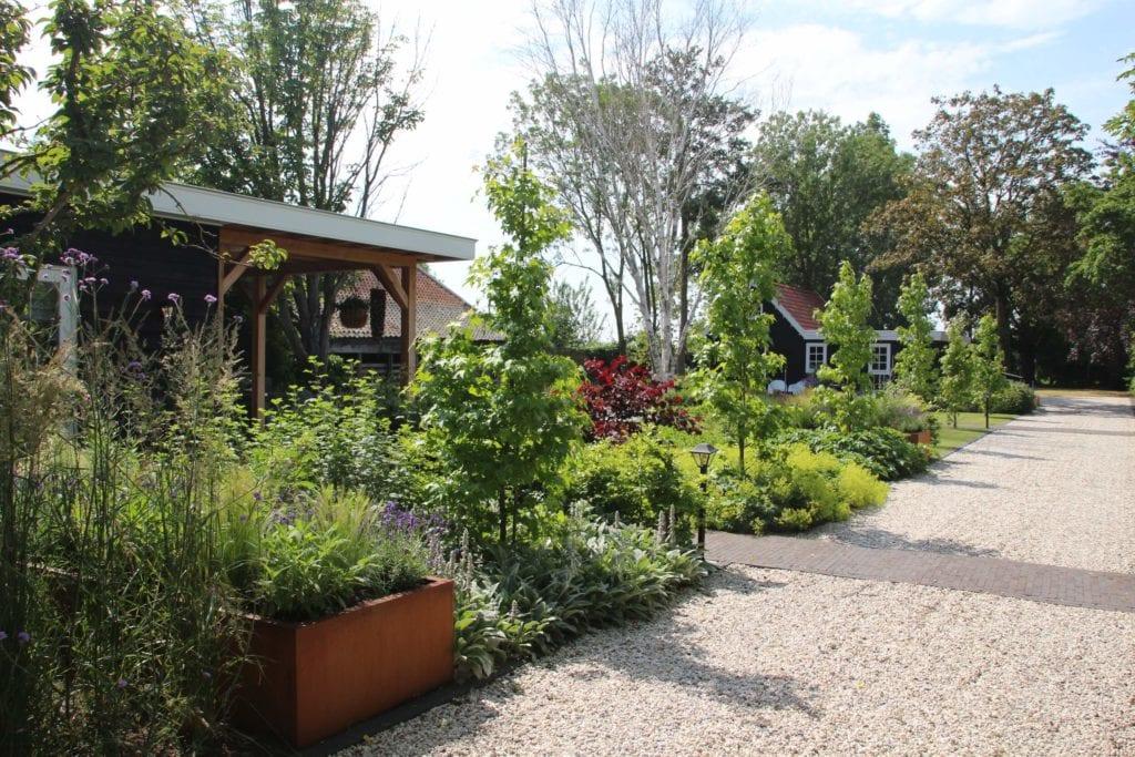 Sfeervolle tuin met Corten stalen plantenbakken