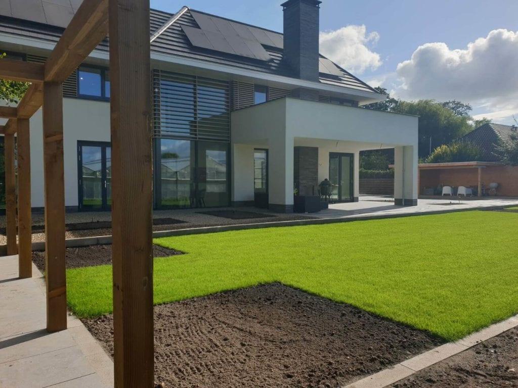 Nieuw aangelegde tuin bij nieuwbouw woning