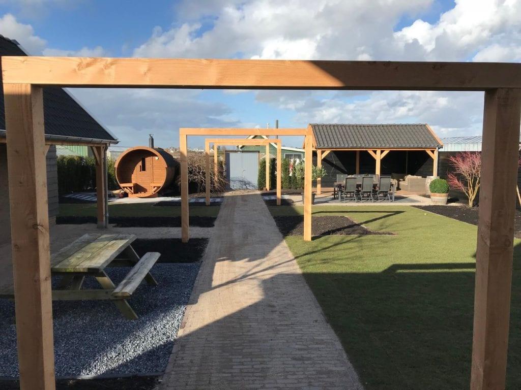Nieuw aangelegde tuin met veranda, pergola\'s en sauna