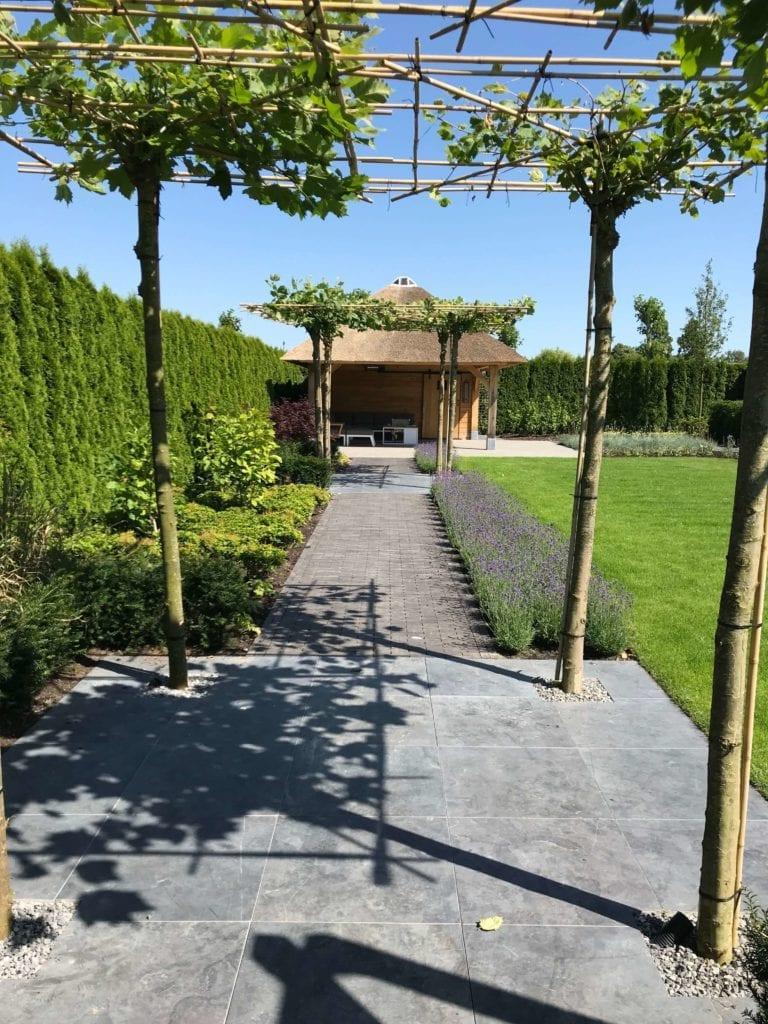 Tuinpad naar de veranda